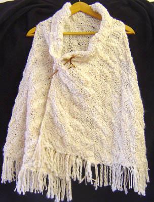 CAPA DE LANA TEJIDA A MANO CON DOS OJALES Y FLECOS. Handknitted wool