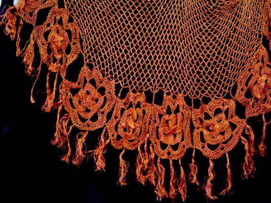Chal tejido al crochet (ganchillo) en hilo de seda.